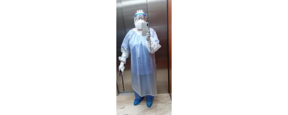 Foto cliente sanitario vistiendo bata impermeable lavable y reutilizable